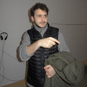 Neїl Beloufa erklärte Details zu seiner Installation. Foto: Petra Grünendahl.