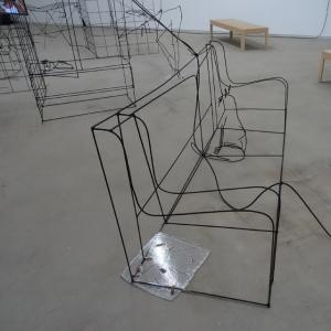 "Sofa mit Katze: Details aus Neїl Beloufas Installation ""Being Rational"". Foto: Petra Grünendahl."