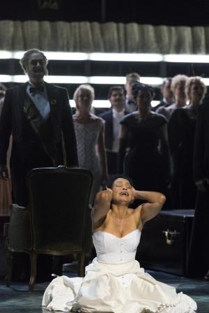 VORNE: Morenike Fadayomi (Aida), HINTEN: Thorsten Grümbel (der ägyptische König), Chor der Deutschen Oper am Rhein. Foto: Matthias Jung.