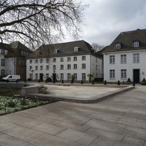Hier fing alles an: Das historische Packhaus in Ruhrort ist die Keimzelle des Haniel-Konzerns. Das Haus beherbergt heute das Haniel-Museum. Rechts daneben das Alte Gästehaus, das gerade als Standort für das Social Impact Lab Duisburg umgebaut wird. Foto: Petra Grünendahl.