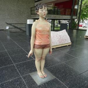 """Die """"Virgin with cigarette"""" steht in der Glashalle zum Kantpark: Nahezu lebensgroße Fiberglasfigur von Xiang Jing (*1968). Foto: Petra Grünendahl."""