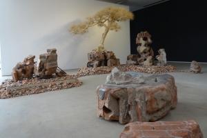 """Die Installation """"Short Tree 2"""" von Shi Jinsong (*1969). Foto: Petra Grünendahl."""