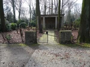 In diesem klassisch-schlichten Bau befinden sich die Gräber von Johann Wilhelm Welker und seiner Frau. Foto: Petra Grünendahl. März 2015.