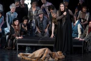 Ulrica (Renée Morloc) sagt die Zukunft und Gustavo den nahen Tod voraus. Der Damenchor im Hintergrund. Foto: Matthias Jung.