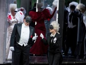 Renato Anckarström (Boris Statsenko) versucht von Gustavos Diener Oscar (Heidi Elisabeth Meier) zu erfahren, welches Kostüm der König trägt. Foto: Matthias Jung.