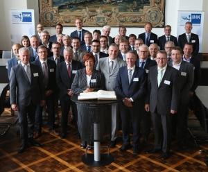 Der Vorstand der Schifferbörse zu Duisburg-Ruhrort e. V. und die 25 Schiedsrichter, in der Mitte Frank Wittig, Vorsitzender der Schifferbörse. Foto: Schifferbörse.