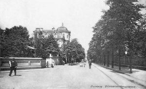 Die Düsseldorfer Straße war schon immer die Hauptausfallstraße Richtung Süden. Zwischen Königstraße und Friedrich-Wilhelm-Straße befanden sich Banken und die alte Getreidebörse. Weiter in Richtung Grunewald standen prächtige Stadtvillen auf großen Parkgrundstücken. Auf dieser Aufnahme aus dem Jahr 1915 mündet links die Krummacherstraße ein. Auf den Schienen rechts im Bild fuhr die Düsseldorf-Duisburger Kleinbahn seit 1900 in die Nachbarstadt. Foto: ZZB.