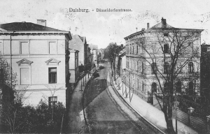 Von der Realschulstraße blicken wir hier um 1910 in die Düsseldorfer Straße in Richtung Innenstadt. Das Dellviertel war ein beliebtes Wohnquartier für mittlere und höhere Gesellschaftsschichten geworden, deren Villen der damals noch schmalen Straße ein großstädtisches Aussehen gaben. Auf der rechten Seite befindet sich heute der Kantpark mit dem Lehmbruck Museum. Die beeindruckende Kulisse ging im Bombenhagel der Luftangriffe im Zweiten Weltkrieg verloren. Foto: ZZB.