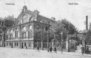 An der Heerstraße eröffnete im Jahr 1898 das Stadtbad. Diese Aufnahme entstand um 1915. Im Oktober 1944 wurde das Stadtbad total zerstört und an gleicher Stelle 1954 ein neues Stadtbad errichtet. Dieses riss man in den 1990-er Jahren ab: Heute steht hier das Parkhaus für das Theater am Marientor. Foto: ZZB.
