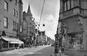 Blick von der Friedenstraße in die Augustastraße. Ansichtskarte von Mitte der 1950-er Jahre. Foto: ZZB / Sutton Verlag.
