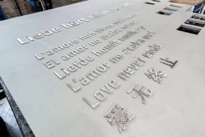 Montage der Beschriftung auf das Loveparade Denkmal in den Mechanischen Werkstätten Duisburg-Halmborn am 17.07.2015. Mitarbeiter Andreas Rauch montiert! Foto: TKSE.