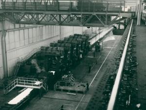 Als erste deutsche Warmbreitbandstraße nach dem Krieg nahm die Anlage in Duisburg-Bruckhausen 1955 die Produktion in der rund 400 Meter langen Halle auf. Nach Jahren der Demontage war die Inbetriebnahme auch ein wichtiges Signal des Wiederaufbaus. Fotograf: Herbert List / Foto: ThyssenKrupp Konzernarchiv.