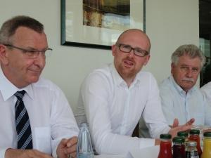 Oberbürgermeister Sören Link (m.) erläuterte zusammen mit Thomas Schlenz, Personalvorstand von TKSE (l.), und Sportdezernent Reinhold Spaniel (r.) die Schenkung. Foto: Petra Grünendahl.