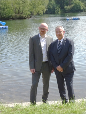 Oberbürgermeister Sören Link mit TKSE-Personalvorstand Thomas Schlenz am Barbarasee. Foto: Petra Grünendahl.