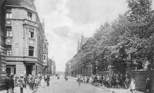 Rechts hinter den Bäumen an der Eschenstraße stand die Evangelische Volksschule.