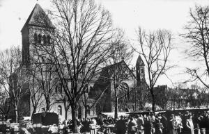 Katholische Kirche St. Michael mit dem Wochenmarkt auf dem Michaelplatz, 1957.
