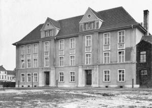 Die Katholische Volksschule an der Eschenstraße (heute: Förderschule): Das Gebäude hat sich kaum verändert.