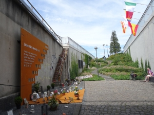 Die Stahltafel wurde gestiftet von HKM und ThyssenKrupp Steel Europe: Gedenkstätte für die Opfer der Loveparade 2010 im Juli 2015. Foto: Petra Grünendahl.