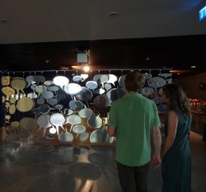 """In der """"Sprechblasenwand"""" von Dejan Saaric spiegeln sich die Betrachter. Kommen sie auch ins Gespräch? Foto: Petra Grünendahl."""