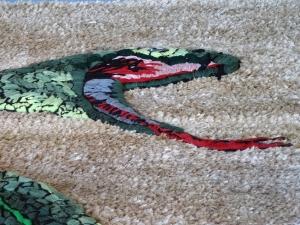 EIn Blickfang in der Glashalle - Yvonne Roeb: Eine plastische Schlange aufgewebt auf einen Teppich. Foto: Petra Grünendahl.