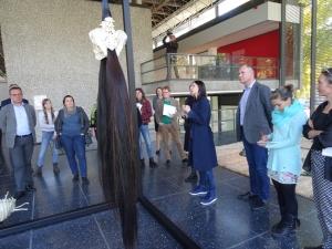 Ein neues Kapitel von Sculpture 21st: Yvonne Roeb erklärt ihre Ausstellung in der Glashalle im Lehmbruck Museum. Foto: Petra Grünendahl.