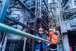 """Zwei Tüftler unter sich: Kokerei-Chef Peter Liszio (r.) und Holger Thielert von ThyssenKrupp Industrial Solutions schätzen sich und haben das Gemeinschaftsprojekt auf den Weg gebracht, das viele Vorteile vereint. """"Was liegt näher als aus Gas, das ohnehin anfällt, etwas Neues herzustellen, das sich verkaufen lässt"""", fasst Thielert zusammen. Foto: TKSE."""
