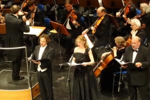 Die Solisten im Vordergrund (v.l.): Tenor José Manuel Montero, Sopran Francesca Caligari und Bass Klaus Hermann. Foto: Petra Grünendahl.