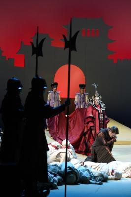Linda Watson (Turandot), Zoran Todorovich (Kalaf), den Kinderchor am Rhein und Statisten der Deutschen Oper am Rhein. FOTO: Hans Jörg Michel.