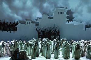 Brigitta Kele (Liù), Sami Luttinen (Timur) mit Chor, Extrachor und Statisterie der Deutschen Oper am Rhein. FOTO: Hans Jörg Michel.