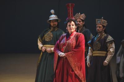 Bogdan Baciu (Ping), Linda Watson (Turandot), Florian Simson (Pang), Cornel Frey (Pong). Foto: Hans Jörg Michel.
