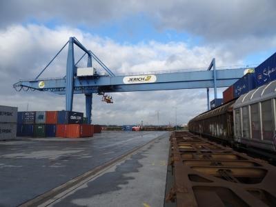 Containerverladung von Jerich im Hafen Emmelsum. Foto: Petra Grünendahl.
