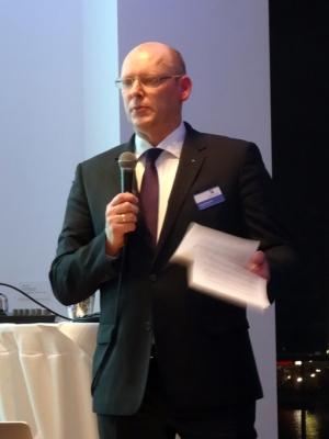 Marco Pfotenhauer, Präsident des Marketing-Clubs Duisburg-Niederrhein, begrüßte die zahlreich erschienen Mitglieder und Gäste beim Neujahrsempfang im Clubraum des Restaurants Küppersmühle. Foto: Petra Grünendahl.