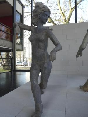 """Eine der """"Tänzerinnen"""" von Johannes Brus ind er großen Glashalle. Foto: Petra Grünendahl."""