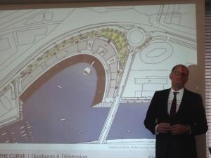 Projektentwickler Stefan H. Mühling mit einer Planzeichung. Foto: Petra Grünendahl.