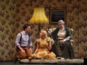 Da ist die Welt noch in Ordnung: Dmitri Vargin (Kay), Lavinia Dames (Gerda), Susan Maclean (Großmutter). Foto: Hans Jörg Michel.