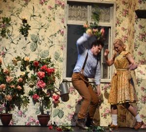 Kay, vom Splitter des Lügenspiegels getroffen, weist Gerda ab und zerstört das gemeinsame Rosenbeet: Dmitri Vargin (Kay), Lavinia Dames (Gerda). Foto: Hans Jörg Michel.