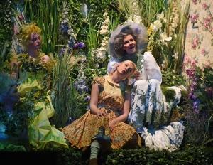 Die Blumenfrau will Gerdas Weiterreise verhindern: Lavinia Dames (Gerda), Annika Kaschenz (Blumenfrau). Foto: Hans Jörg Michel.