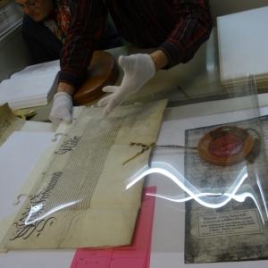 Nicht für jedermann zugänglich: Je wichtiger der Unterzeichner, desto größer das SIegel: Originaldokument im Bestand des Stadtarchivs. Foto: Petra Grünendahl.