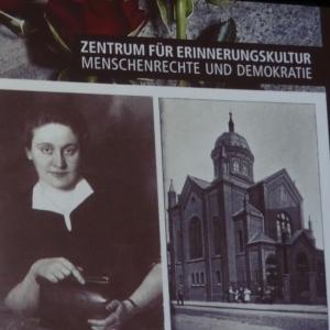 Rechts ein Bild von der Synagoge an der Junkernstraße, links Herta Herzstein, Sekretärin der judischen Gemeinde. Foto: Petra Grünendahl.