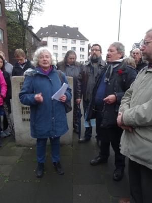 Christa Bröcher (vorne links) und Thomas Keuer (vorne, 2. v. r.) führten zu den Orten des Gedenkens. Foto: Petra Grünendahl.