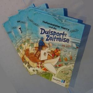 """Hafengeschichte für Kinder: """"Duisport-Zeitreise"""" mit Hafenmeister Harry. Foto: Petra Grünendahl."""