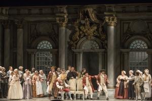 Anke Krabbe (Sophie), Lisa Griffith (Leitmetzerin), Lars Woldt (Baron Ochs auf Lerchenau), Katarzyna Kuncio (Octavian), Chor der Deutschen Oper am Rhein. Foto: Matthias Jung.