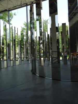 """Mit ihren 2,20 Meter Höhe bei 5,50 Meter Durchmesser ist die Installation """"Rotating Labyrinth"""" von Jeppe Hein ein Raum füllender Blickfang in der Glashalle zum Kantpark. Foto: Petra Grünendahl."""