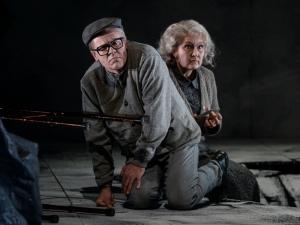 """Elliott Carters """"What next?"""": Dmitri Vargin (Harry or Larry), Susan Maclean (Stella). Foto: Hans Jörg Michel."""
