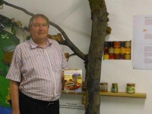"""Joachim Schneider stellte sein Buch """"Außergewöhnliche Museen am Niederrhein im Bienenmuseum in Rumeln-Kaldenhausen (Duisburg) vor. Foto: Petra Grünendahl."""