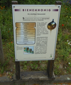 Schon im Außenbereich des Bienenmuseums in Rumeln-Kaldenhausen (Duisburg) finden Interessierte Informationen zu Bienen und zum Honig. Foto: Petra Grünendahl.