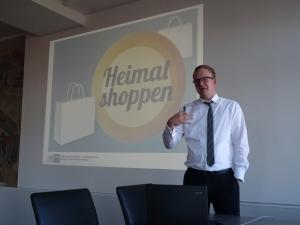 """Die Niederrheinische IHK hat den stationären Handel im Fokus: Michael Rüscher, Geschäftsbereichsleiter Handel, Dienstleistungen, Mittelstand, Außenwirtschaft, erklärt die Marketing-Aktion """"Heimat shoppen"""". Foto: Petra Grünendahl."""