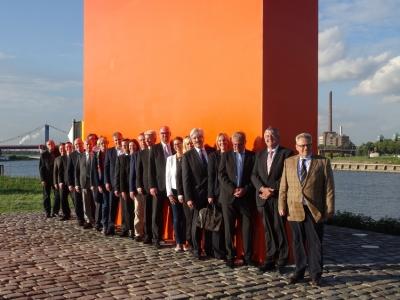 Gruppenbild mit Rheinorange: Sponsoren, Förderer und Verantwortliche. Foto: Petra Grünendahl.