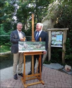 Zoodirektor Achim Winkler (links) und Evonik-Vorstandsvorsitzender Klaus Engel stellten am neuen Tigergehege die Namen des Tigernachwuchses vor. Foto: Petra Grünendahl.