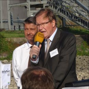 Franz Michelbrink, Geschäftsführer der Stadtwerke Wesel GmbH (vorne)  und Andreas Stolte, Geschäftsführer der DeltaPort GmbH & Co. KG (dahinter). Foto: Petra Grünendahl.